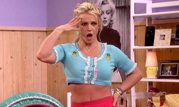 Britney Spears relembra sucessos e versão atriz em esquete hilária na TV; assista!