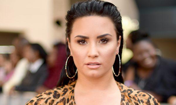 """Demi Lovato critica histórias inventadas pela mídia sobre sua sobriedade e desabafa: """"Preciso de espaço"""""""