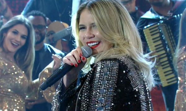 """Marília Mendonça brinca com novo visual e tem """"segredo"""" revelado por Maiara e Maraisa; assista!"""