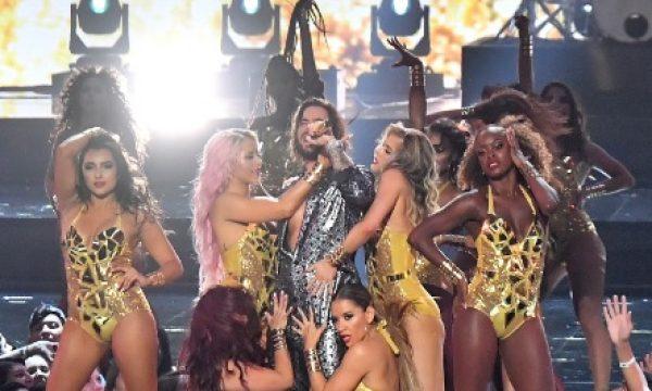 'VMA 2018': Maluma faz estreia em premiação com direito a beijão!