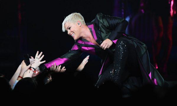 Pink faz pausa em show para abraçar adolescente que perdeu a mãe; assista!