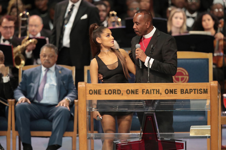Vídeo  Pastor toca em seio de Ariana Grande durante funeral de Aretha  Franklin e causa revolta na Internet  c4a0682e653