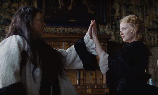 'The Favourite': Emma Stone e Rachel Weisz disputam a confiança da rainha em trailer divertido; confira