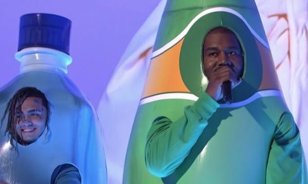 Vídeo: Kanye West se veste de garrafa, canta, faz discurso a favor de Trump e é vaiado no 'Saturday Night Live'