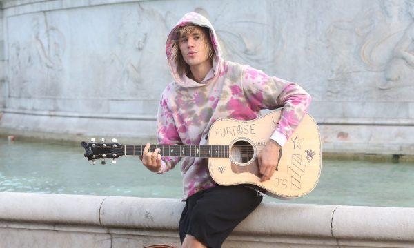 Apaixonado! Em Londres, Bieber faz serenata na rua para Hailey Baldwin; assista!