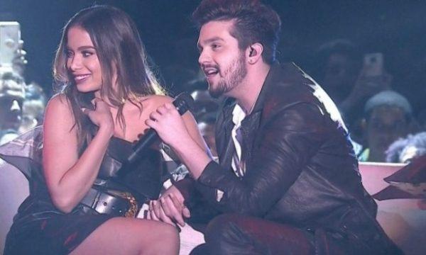 """Prêmio Multishow: Luan Santana chama Anitta para sentar no """"Sofazinho"""" com ele em apresentação!"""