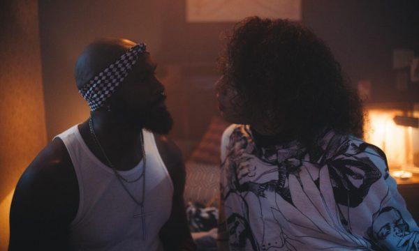 Gloria Groove protagoniza romance às escondidas com Taiguara Nazareth no clipe forte de 'Apaga a Luz'; vem assistir