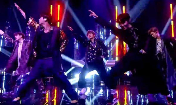 """Na TV britânica, BTS arrasa em nova performance de """"IDOL"""" e ganha presente de Whoopi Goldberg"""