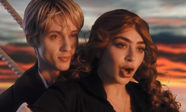 AMEI! Charli XCX & Troye Sivan brincam de Titanic, Spice Girls, Matrix e outros clássicos da década de 90 no divertido clipe de '1999'; vem ver!