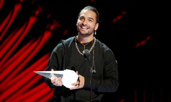 Latin AMAs: Maluma recebe prêmio especial e faz performance do hit 'Mala Mía'; assista