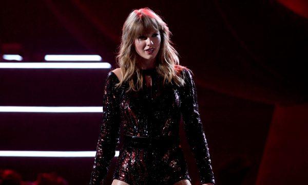 """AMA 2018: Taylor Swift abre premiação com performance poderosa de """"I Did Something Bad"""""""