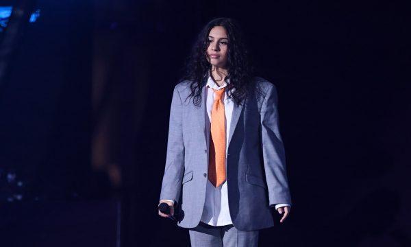 """'MTV EMA 2018': De terno e gravata, Alessia Cara faz performance fofa do novo single """"Trust My Lonely""""; assista"""