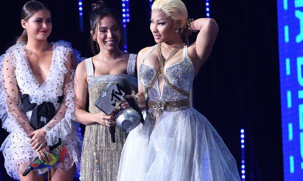 'MTV EMA 2018': Maravilhosas! Anitta entrega prêmio para Nicki Minaj e recebe quinto troféu consecutivo; veja vídeos!