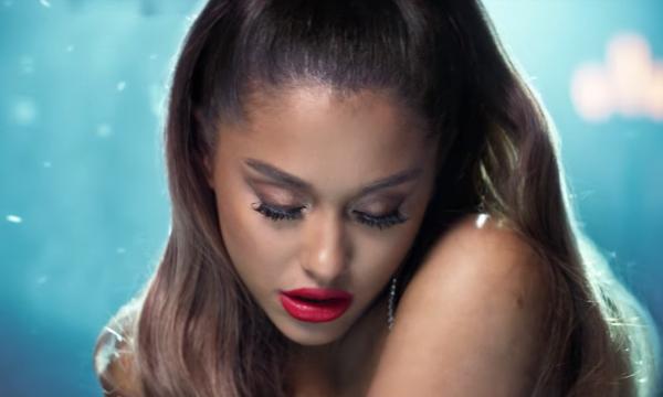 """Foi a gente que pediu! Ariana Grande lança clipe LINDO para a ótima """"breathin""""; assista!"""