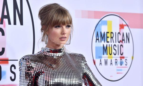 SENSACIONAL! Fã de Taylor Swift transforma casa em show de luzes natalino ao som de hit da cantora; vem ver o vídeo!