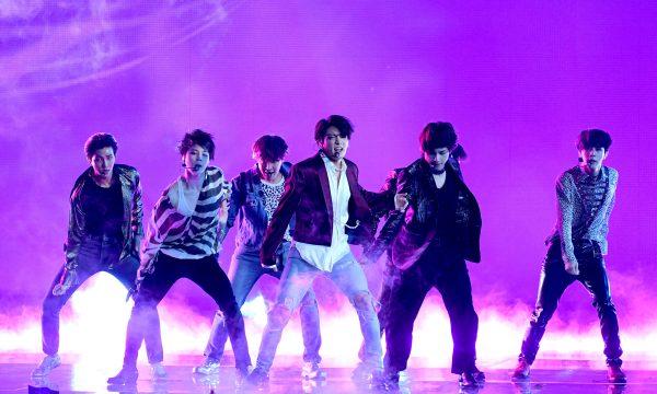 """BTS lança clipe de versão japonesa de """"Airplane pt. 2"""" e cita até Brasil na letra! Vem assistir"""