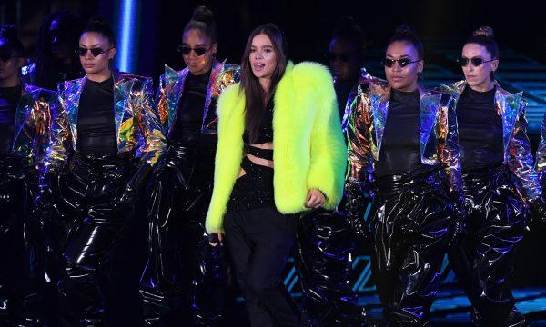 """'MTV EMA 2018': Anfitriã da noite, Hailee Steinfeld faz primeira apresentação de """"Back to Life"""", da trilha de """"Bumblebee"""""""