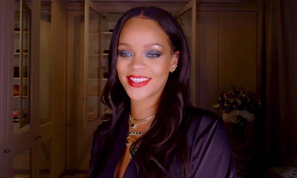 """Rihanna ensina a fazer maquiagem do clipe de """"Wild Thoughts"""" em novo tutorial; vem assistir"""