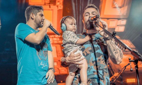 """Jorge e Mateus se pronunciam em show sobre comentários de separação: """"dupla não é como marido e mulher"""" — veja o vídeo"""