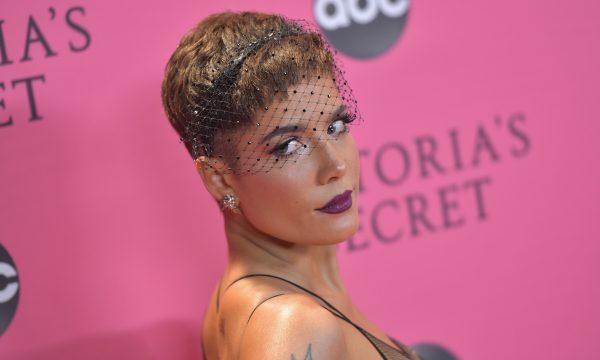 """Halsey critica o """"Victoria's Secret Fashion Show"""" após cantar no evento: 'Era pra ser a melhor noite do meu ano'"""