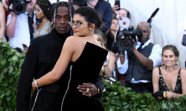 Suposta foto comprometedora circula na rede e Travis Scott se posiciona sobre rumor de traição a Kylie Jenner, veja!