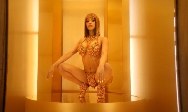 """Cardi B é uma deusa da ostentação no babadeiro clipe de """"Money""""; vem assistir"""