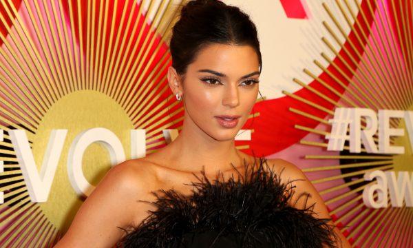 Kendall Jenner reage à sua ausência no cartão de Natal da família e brinca com montagens; confira!
