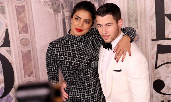Casal apaixonado! Nick Jonas e Priyanka Chopra comemoram casamento mais uma vez, e com show especial! Veja vídeos