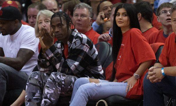 Vem casório por aí? Nova foto de Kylie Jenner causa suspeita de que ela já esteja noiva de Travis Scott!