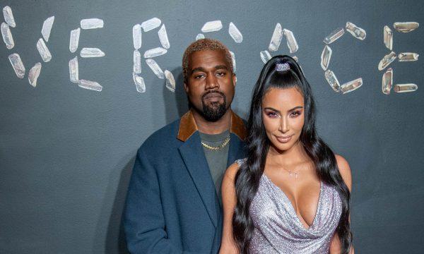 Que fofo! Kanye West surpreende Kim Kardashian com serenata de grupo favorito; Assista!