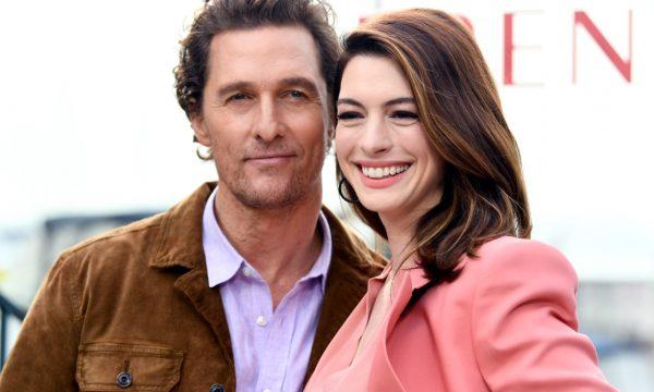 Anne Hathaway aparece um dia atrasada para aniversário de Matthew McConaughey, que tira sarro dela na TV! Assista