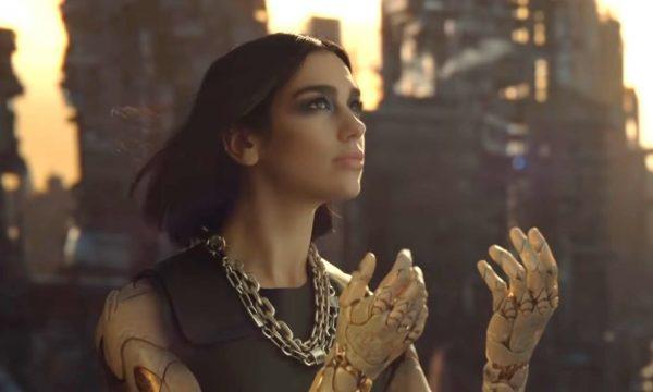 """Dua Lipa vira uma guerreira poderosa no clipe de """"Swan Song"""", música da trilha de """"Alita: Anjo de Combate"""""""