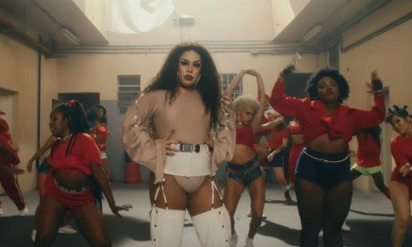 """Gloria Groove vira rainha do rebolado em presídio no clipe poderoso de """"Coisa Boa""""; vem assistir"""