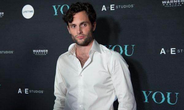 Penn Badgley compara 'Você' à 'Gossip Girl' e repreende fãs que se dizem apaixonadas por seu personagem stalker