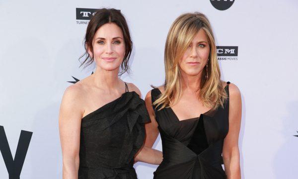 Courteney Cox fala pela primeira vez sobre pouso de emergência de avião de Jennifer Aniston e revela mensagem enviada à filha durante o sufoco: 'Muito medo'