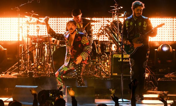 "Grammy 2019: Post Malone e Red Hot Chili Peppers fazem performance alucinante de ""Stay"", ""Rockstar"" e ""Dark Necessities""; assista!"