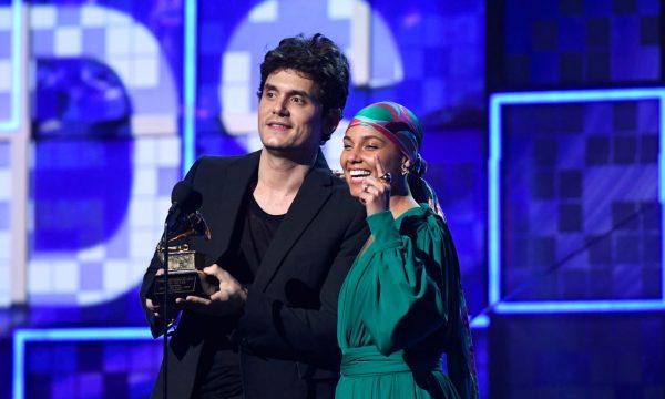 Após se ver no palco do Grammy, John Mayer improvisa corte de cabelo para after-party: 'Não tava prestando!'