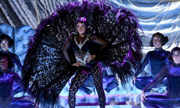 """Grammy 2019: Cardi B arrasa em performance com vibes sexy e muito luxo de """"Money"""""""