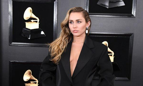 """Miley Cyrus opina sobre ter um casamento heterossexual mesmo se identificando como LGBTQ: """"Nova era"""""""