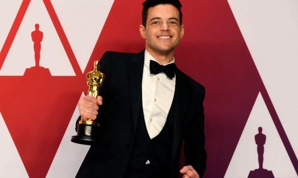 """Oscar 2019: Após se consagrar como """"Melhor Ator"""", Rami Malek cai do palco e recebe atendimento médico; veja imagens"""