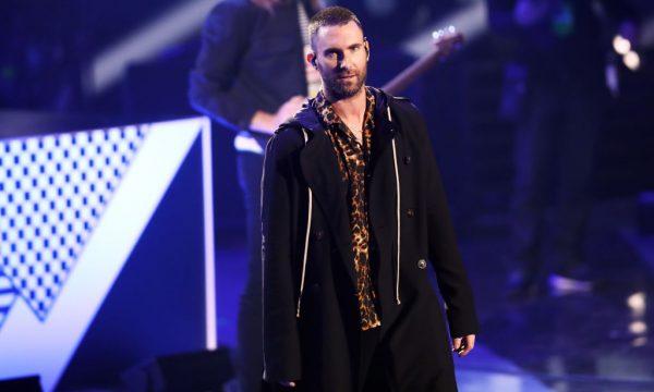 Adam Levine fala pela primeira vez sobre decisão de se apresentar com o Maroon 5 no Super Bowl; assista!