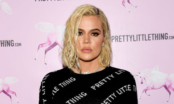 """Khloé Kardashian é criticada após compartilhar camiseta que diz: """"Ame vosso vizinho racista"""""""