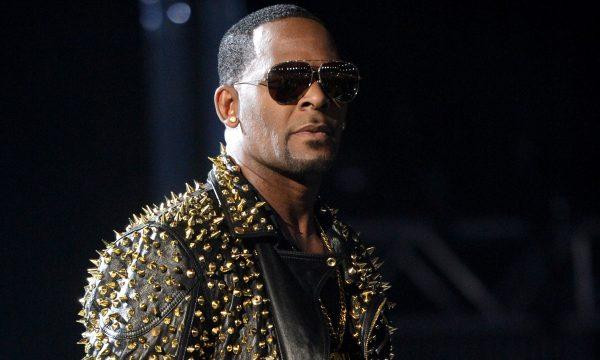 R. Kelly se entrega à polícia após ser acusado formalmente por casos de abuso sexual; veja o vídeo!