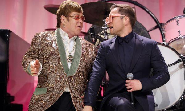 """Elton John e Taron Egerton fazem performance emocionante da clássica """"Tiny Dancer"""" em festa do Oscar; assista"""