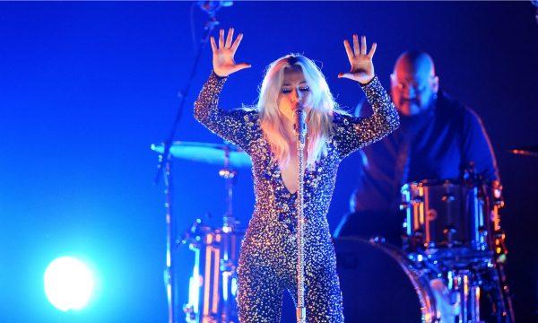 """Grammy 2019: Impactados! Lady Gaga e Mark Ronson apresentam versão surpreendente de """"Shallow""""! Assista"""
