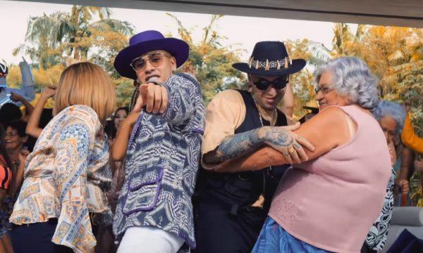 """Kevinho e MC Hollywood comandam pool party com senhorinhas no clipe da parceria """"É Rave Que Fala Né""""; assista"""