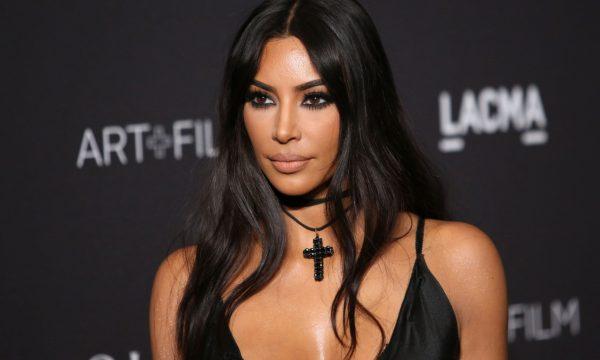 Site fala em 'pele ruim' de Kim Kardashian, publica fotos, e beldade revela o motivo