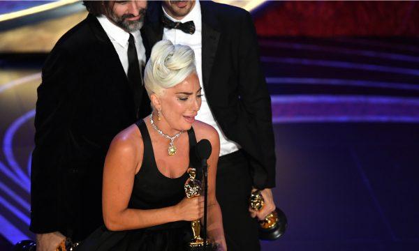 """Oscar 2019: Lady Gaga ganha seu primeiro Oscar por """"Shallow"""" e faz discurso emocionante; vem ver!"""