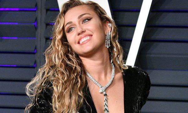 Miley Cyrus se traveste para fazer pegadinha com participantes de 'RuPaul's Drag Race' e visual rende comparações; assista