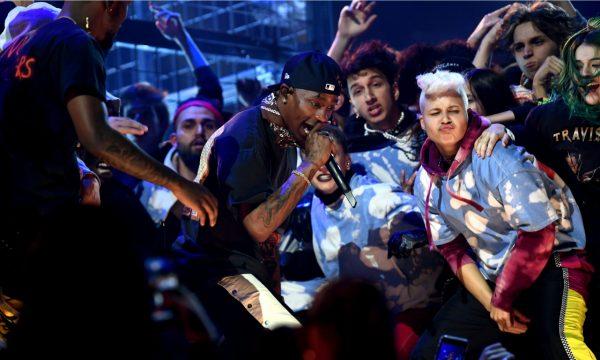 """Grammy 2019: Travis Scott apresenta """"Stop Trying To Be God"""" e """"No Bystanders"""" e traz o melhor tipo de caos para o palco da premiação! Vem ver"""